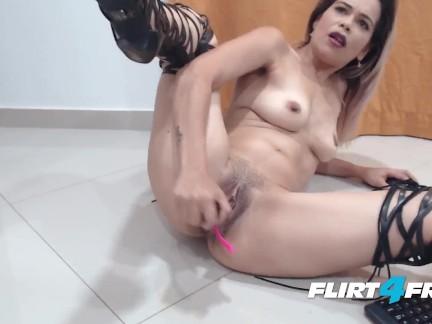 Squirting de Puta Colombiana por Webcam